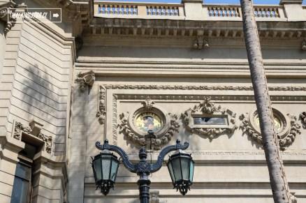 Entre las ornamentaciones del friso exterior del edificio del museo destacan veintidós medallones de mosaico cerámico que representan a grandes arquitectos, escultores y pintores del arte universal, entre ellos Fidias, Praxíteles, Bramante, Violet-le-Duc y Rembrandt.