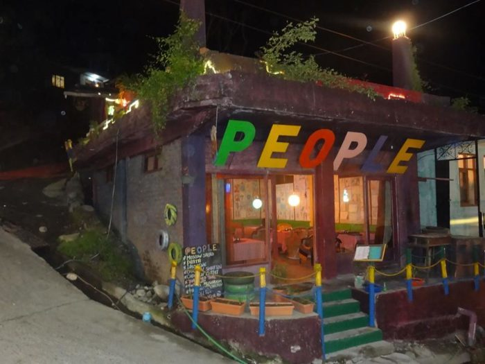 people cafe old manali