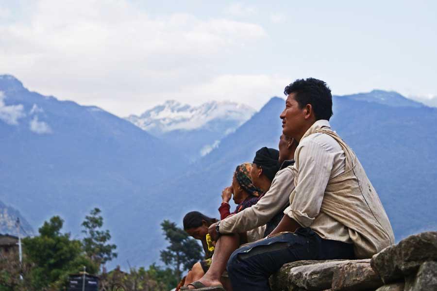 nepal-people-himalayas-sikles1