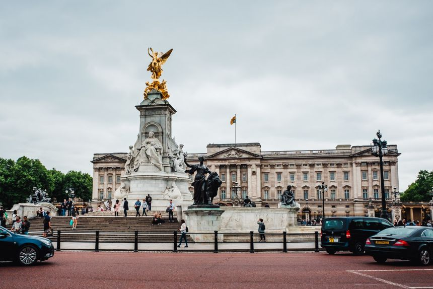 London Itinerary Buckingham Palace Statue