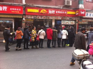 Snaking queues at Shanghai street market