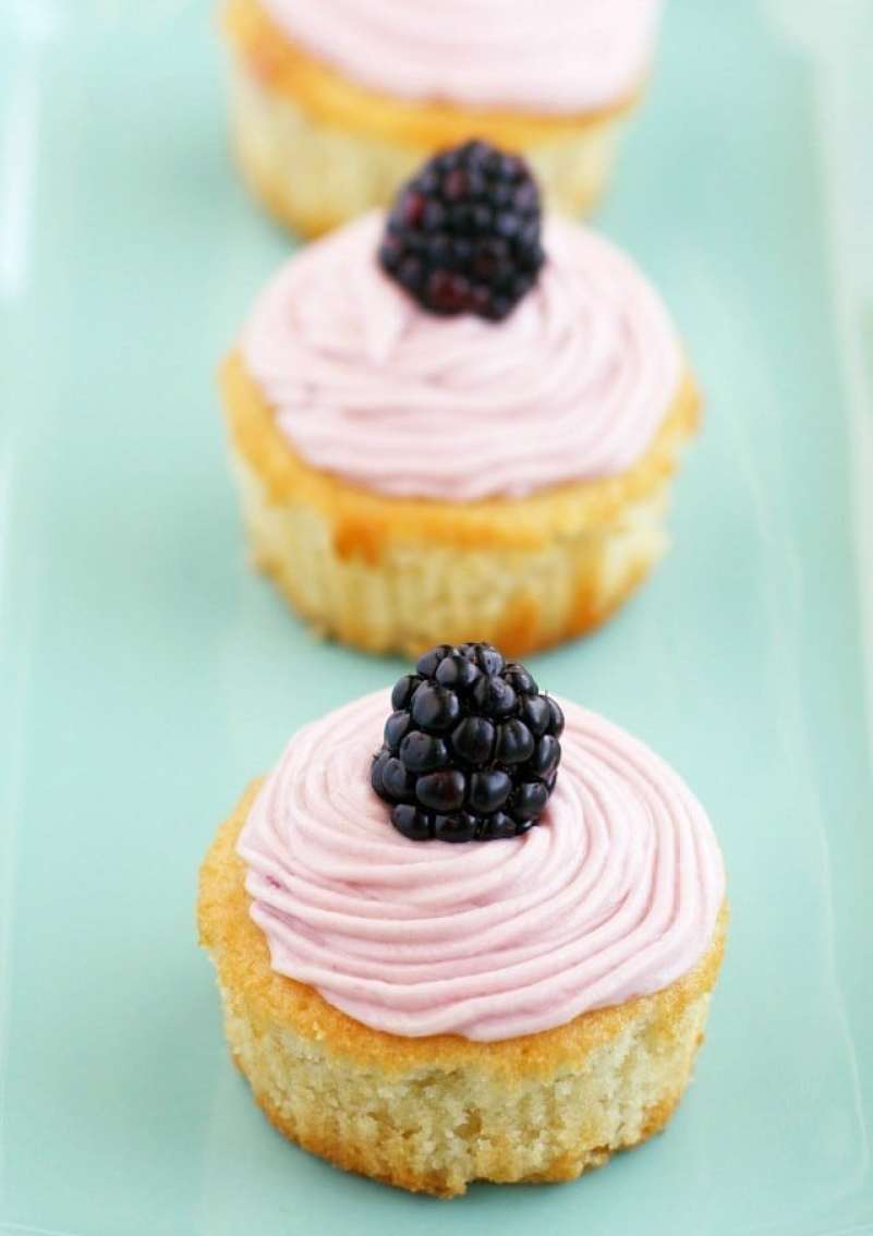 vanilla-cupcakes-with-blackberry-buttercream