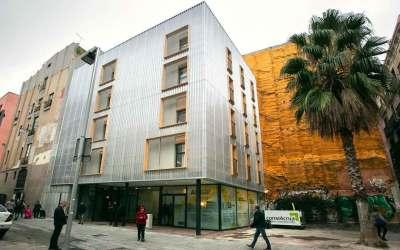 Así es el primer edificio público social construido con contenedores marítimos en Barcelona