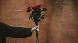 aesthetic brown flower hand aesthetics roses bouquet background desktop wallpapers wall flowers person plant 4k rose holding cut backgrounds unsplash