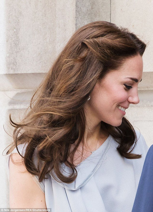 New Kate Middleton Pins Back Her Hair For A Visit To Hampton Court Magic Garden Daily Mail Online Ideas With Pictures