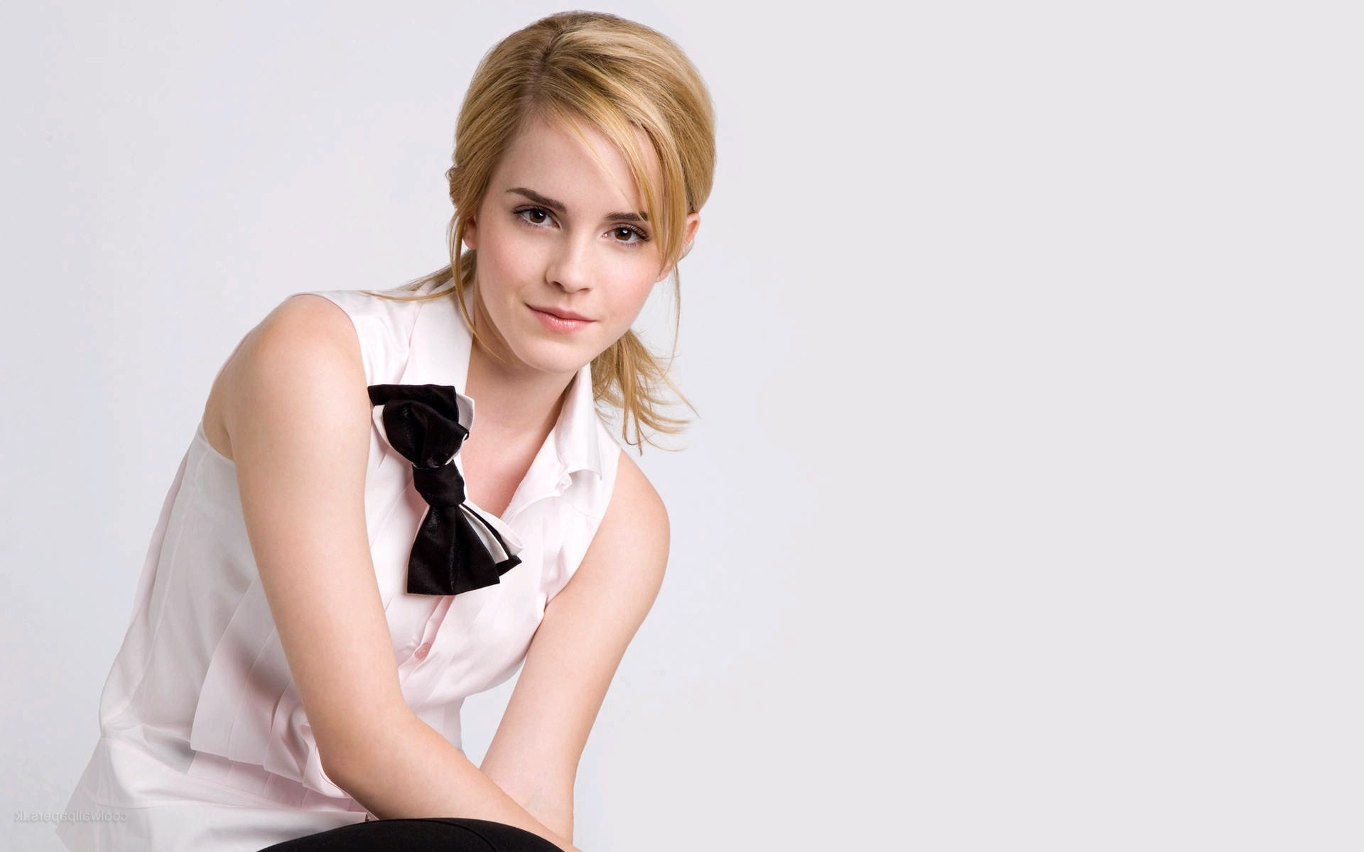 Simple Girl Wallpaper Pc Emma Watson Blonde Simple Background Wallpapers Hd