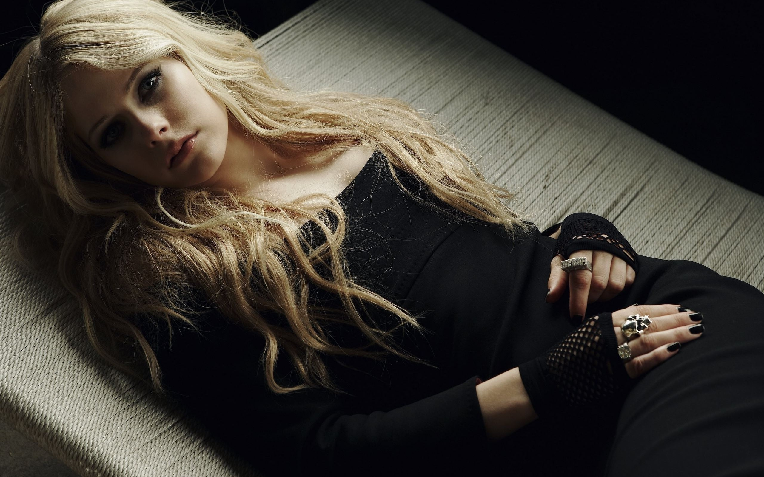 Emo Girl Hd Wallpaper Download Avril Lavigne Women Singer Blonde Gothic Black Dress