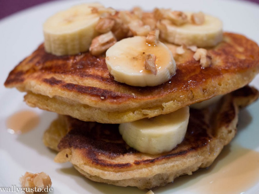 Banana-Pancakes mit Ahornsirup & Walnüssen - not only for Minions!