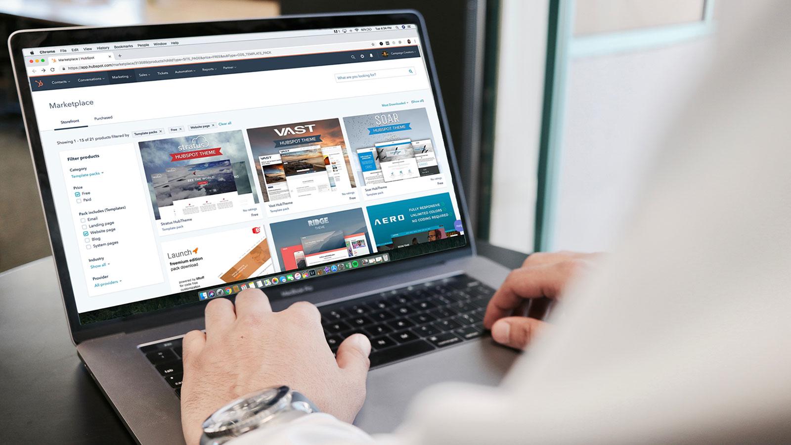 Usuario buscando productos online
