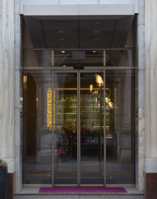 Blick durch die Lobby in die Café-Bar im Hotel Herrenhof.