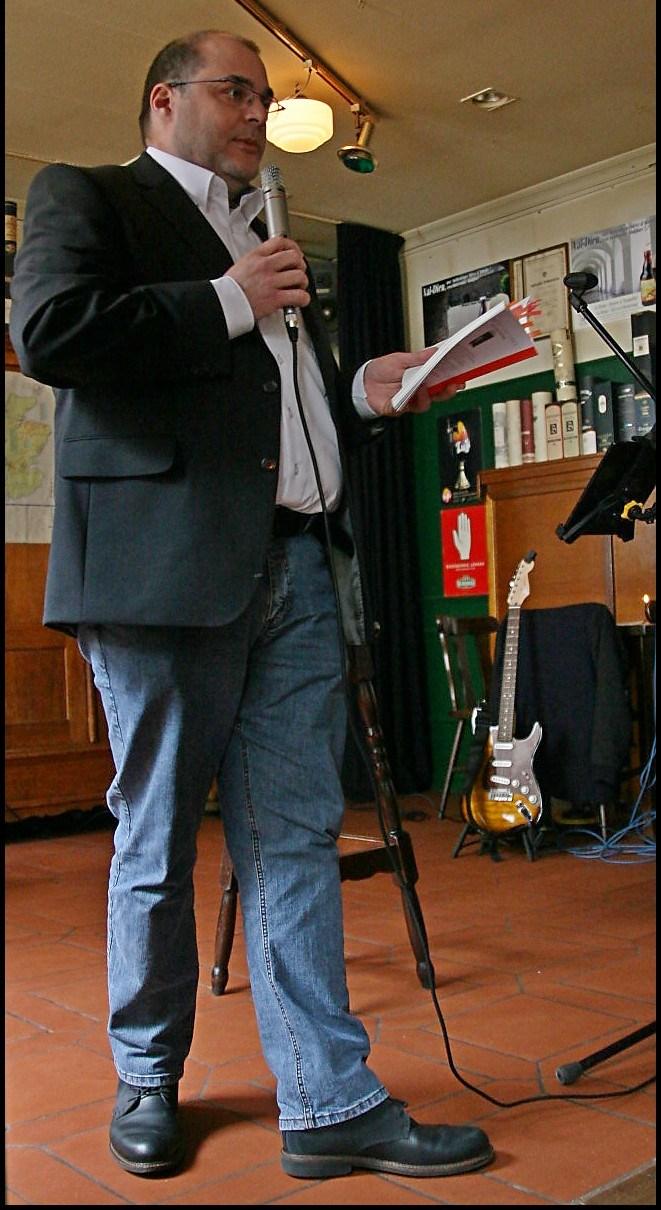 Dichter nogmaals in actie.. Foto Leo de Jager.