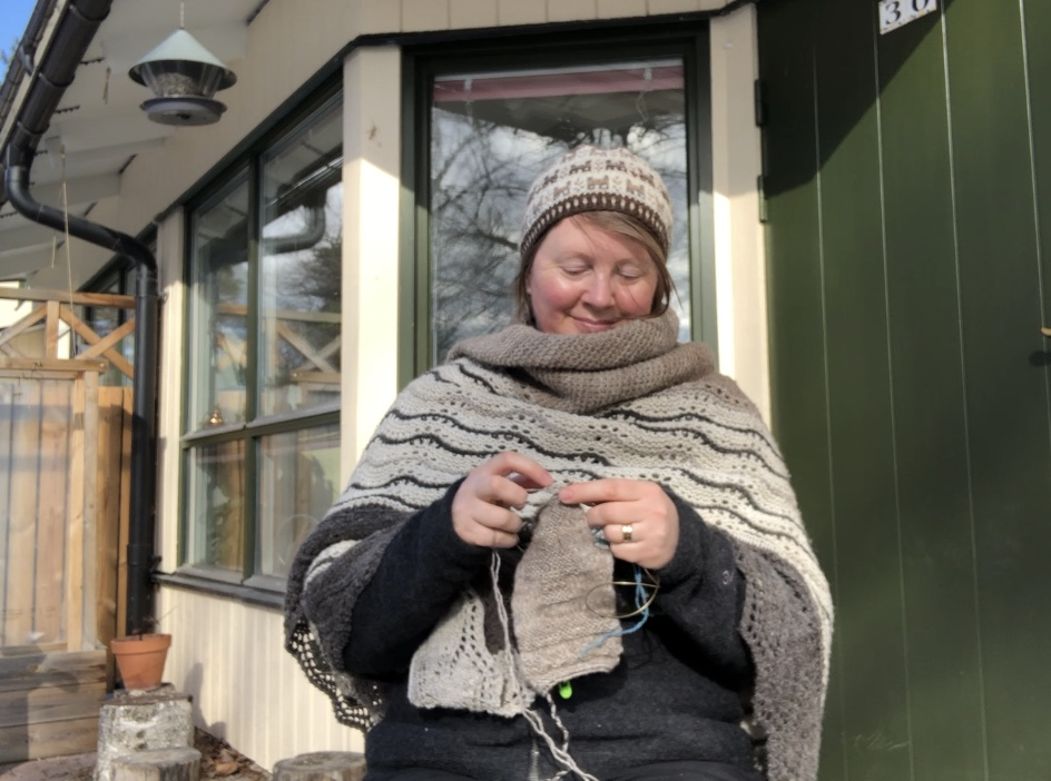 Josefin Waltin knitting outdoors