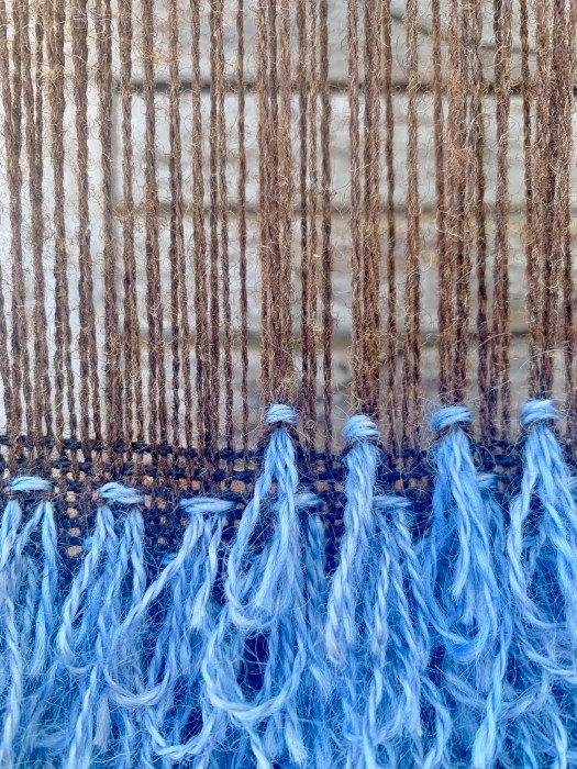 Rpws of blue Gordian knots in a brown weave