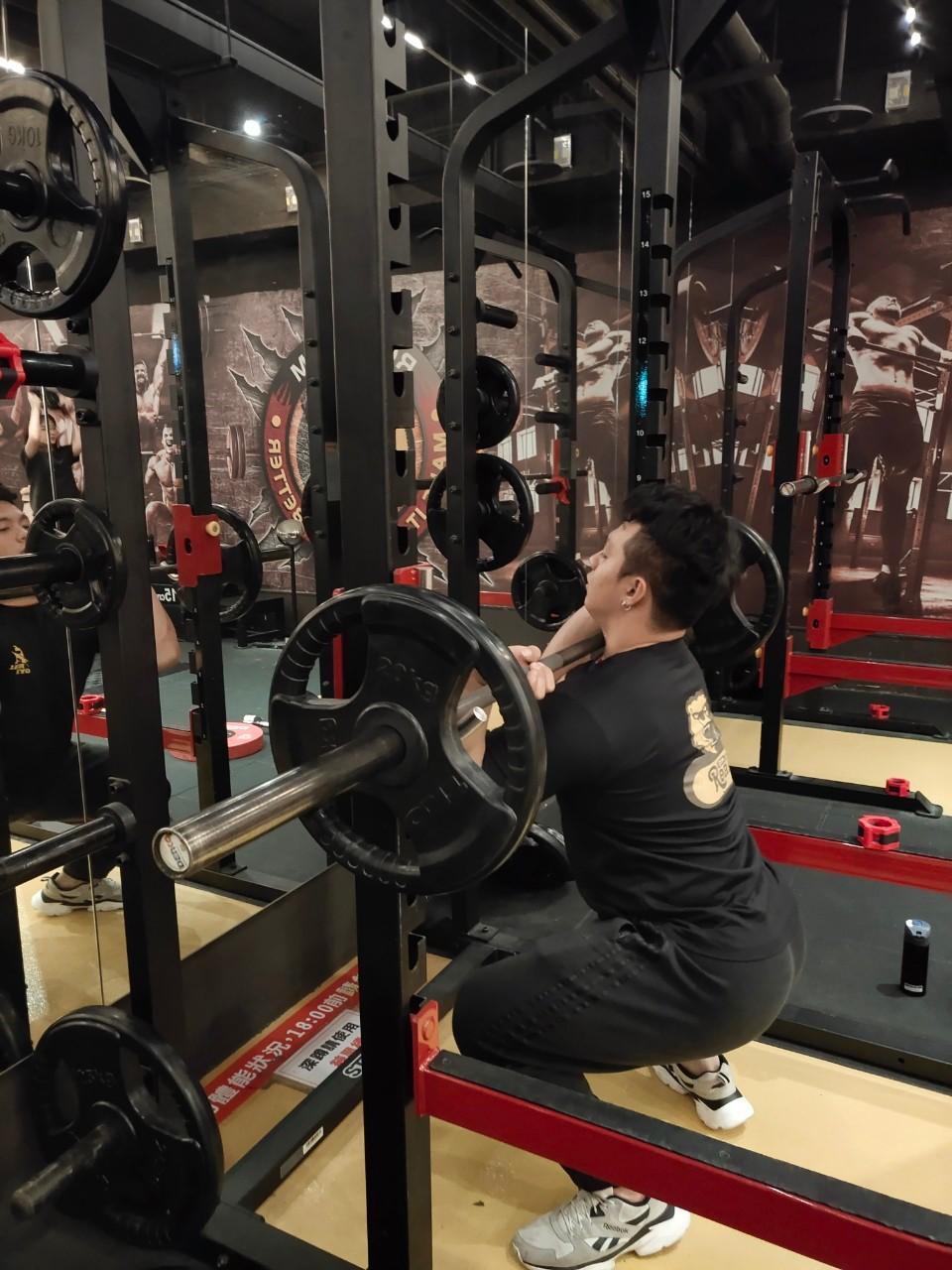 子鈞教練 示範上搏 下蹲反手腕接槓 放入鎖骨