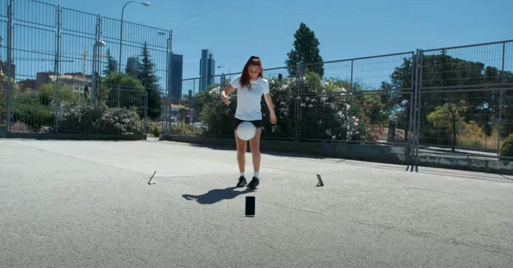 Lisa Zimouche 踢足球 測試 Nokia xr20 堅固程度