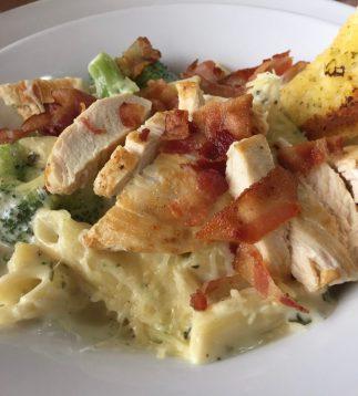 Pasta pene con pollo, tocineta y brocoli