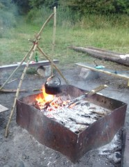 Soep maken boven het kampvuur paalkampeerplaats Campanula Horsterwold Flevoland
