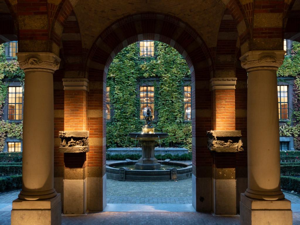 Zicht op tuin stadhuis Rotterdam