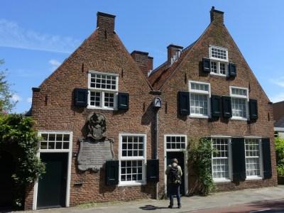 Gerard Goudriaan bekijkt een gevel in Utrecht