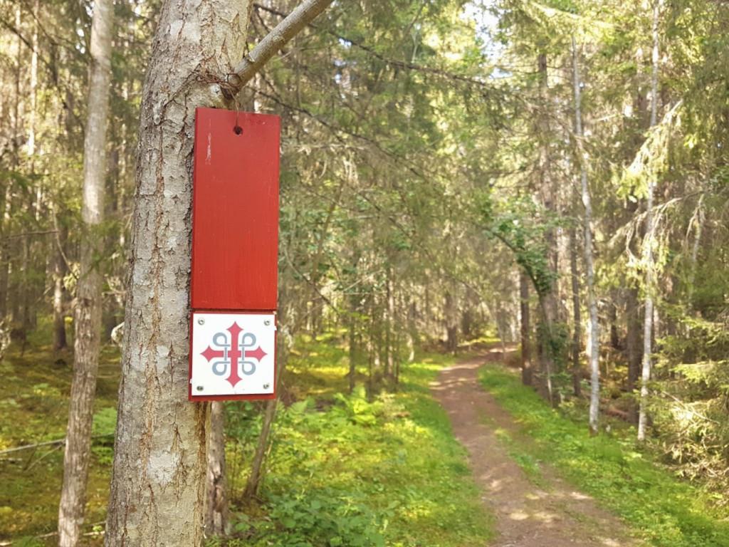 Markering van de Olavsleden in Zweden hangend aan een boom