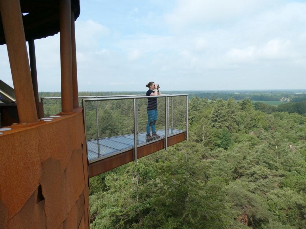 Wanda Wandelt kijkt uit vanaf de bosbergtoren