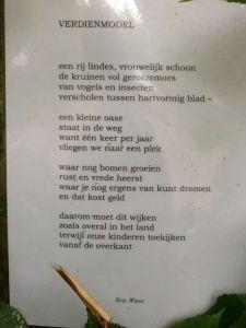 Gedicht Eric Wisse op boom bij de Sacrementskerk
