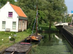 Bootje in het water bij de molen