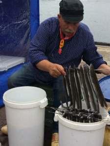 Man met paling aan een rek