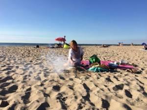 Er wordt gebarbecued op het strand in Den Haag