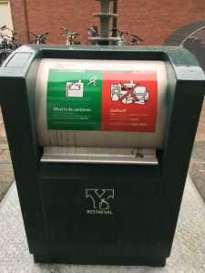 Ondergrondse retsafvalcontainer met sticker