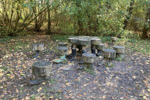 Op deze foto zie je een tafel en stoelen met voeten. Deze zijn we tegengekomen tijdens ons wandeling in Ellezelles: Le senties de l'étrange