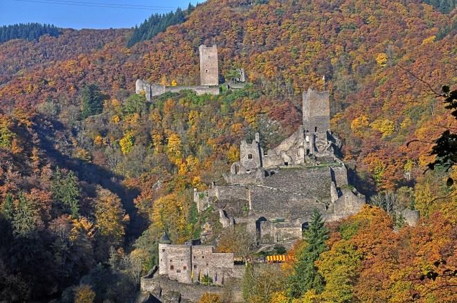 Die Manderscheider Burgen, gesehen vom Lieserpfad im Oktober 2015