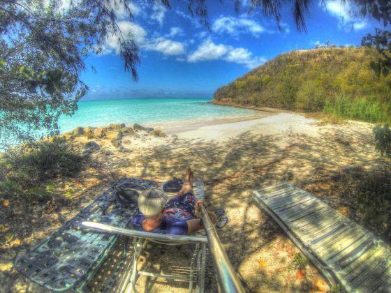 Am abgelegenen Strand entspannen und diesen Beitrag verfassen