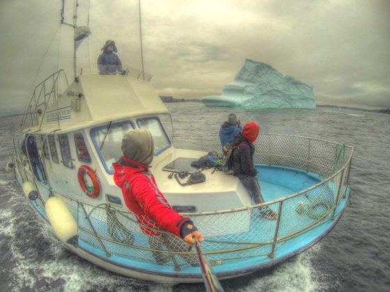 Der Iceman fährt uns mit seinem Boot in die Eiseskälte zu den Eisbergen