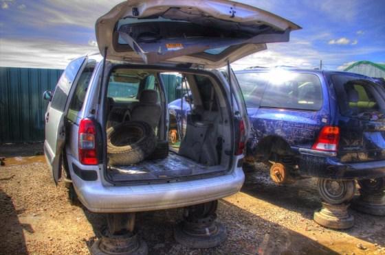Im Kofferraum liegen Reifen unterschiedlicher Hersteller, Beschaffenheit und Brauchbarkeit