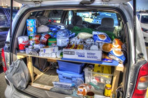 Lebensmittel stapeln sich im Kofferraum. Jetzt noch alles vernünftig verpacken