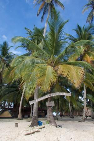 San Blas Inseln, Der Name der Insel auf einem schlichten Schild