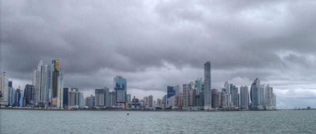 Die Skyline von Panama City an einem bewölkten Tag
