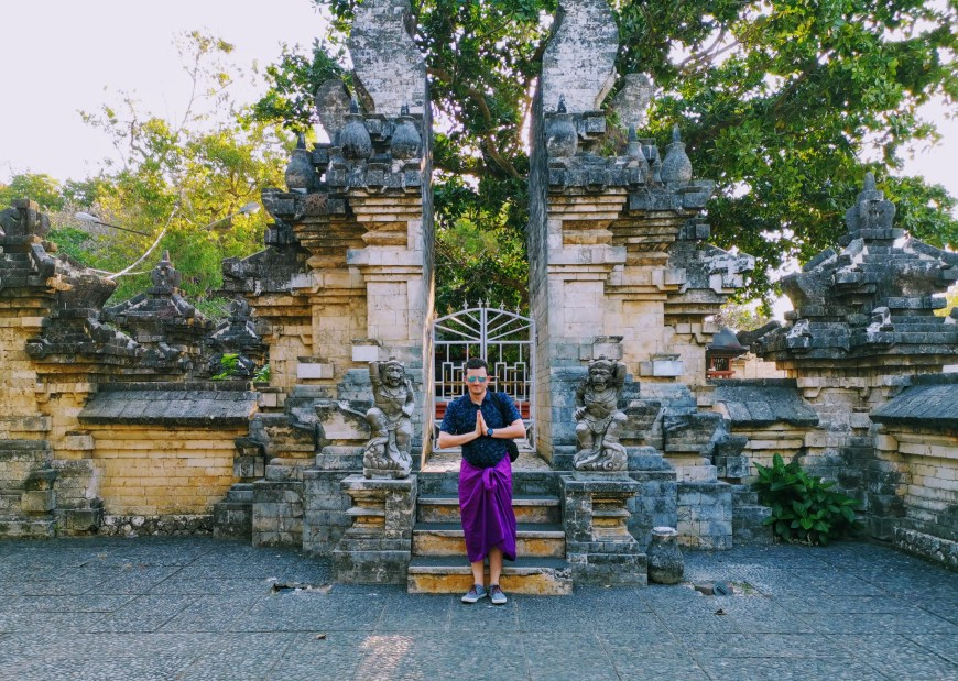 "Scott saying ""Om Swastiasu"" at Uluwatu Temple"