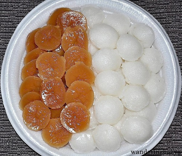 Kutsinta (brown) and puto (white) are made with glutinous rice