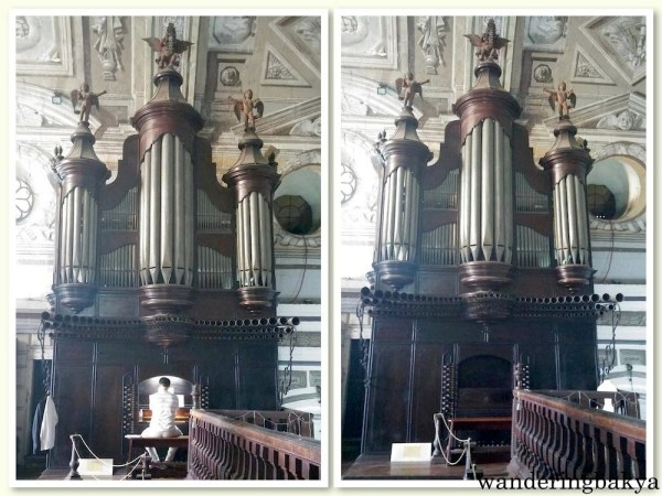 Aside from the superb view of the interiors of San Agustin Church, the main attraction of the choirloft is this Spanish baroque organ. The guy on the left photo is Pascal Marsault, the organist who accompanied the Gregorian Choir of Paris when they performed in San Agustin Church.