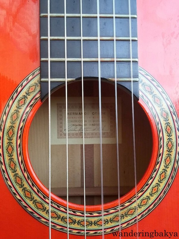 Batu's flamenco guitar. It is made of cypress wood, and there is an authentication mark on the wood.