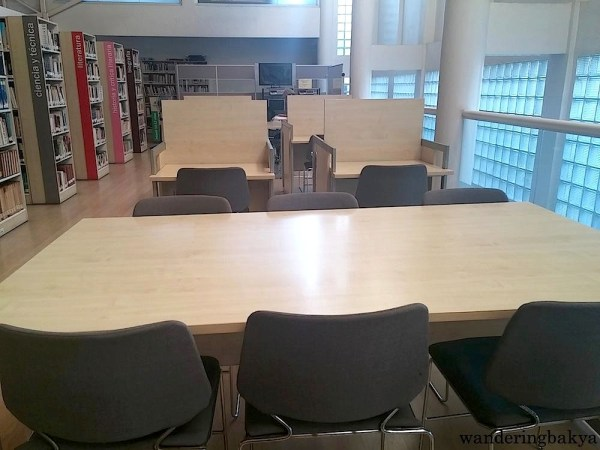 Comfortable chairs and tables waiting to be occupied by visitors at Miguel Hernández Library.