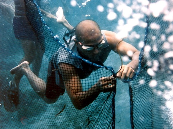 Cesar Montano in Muro-Ami (Reef Hunter). Photo from city.fukuoka.lg.jp