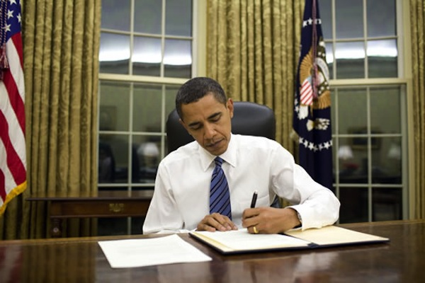 US President Barack Obama is left-handed. :) I am a lefty, too. Photo from whitehouse.gov