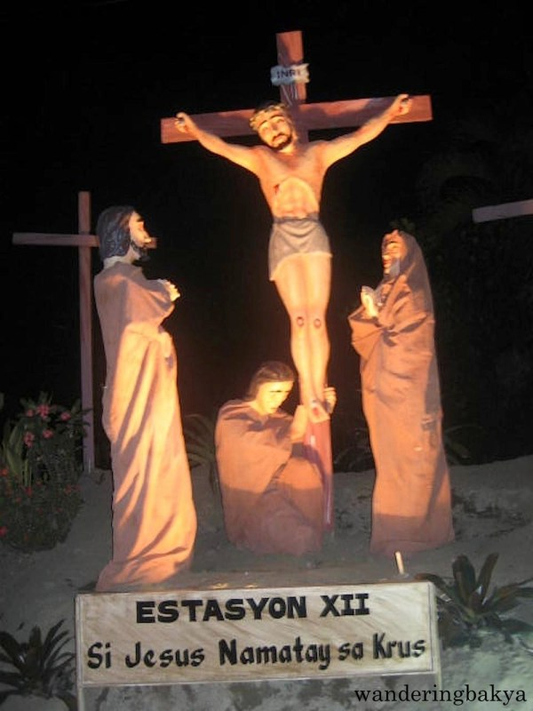 Estasyon XII - Si Jesus Namatay sa Krus (Station XII - Jesus dies on the cross).