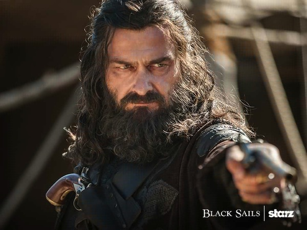 Black Sails Season 3's Queen Anne's Revenge Captain Edward Teach or Blackbeard (Ray Stevenson). Photo from allocine.fr