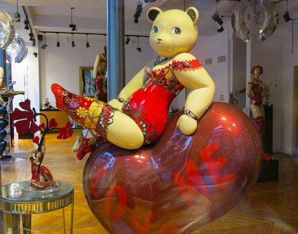 Art gallery Paris sculpture of bear woman with big thighs