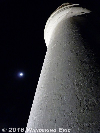 20110517_lighthouse-and-the-full-moon