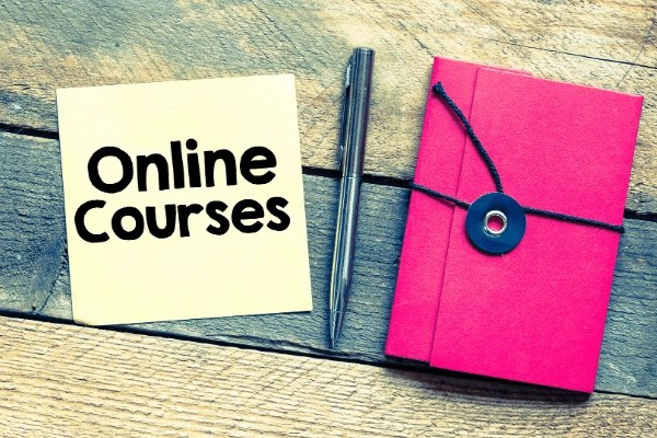 online courses sticky note and notebook
